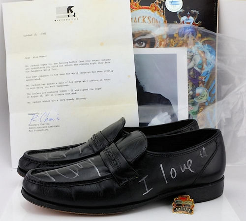 Aux Autres Habits Enchères Portés Chaussures D'un GantDe Ventes Et nPwO80k